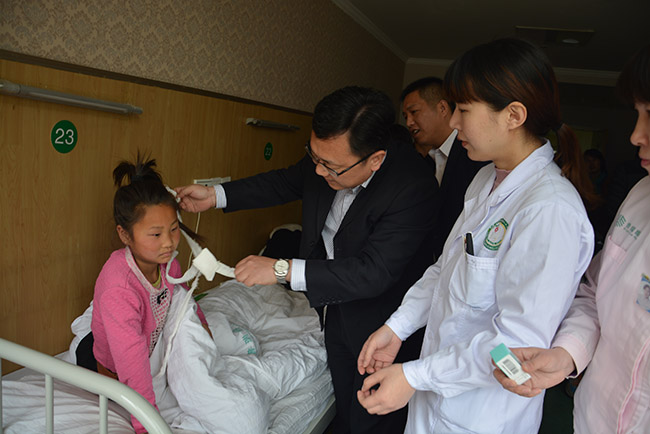 3-天伦关爱儿童基金对省内14岁下贫困儿童实施医疗救助,天伦集团董事长助理看望被救助儿童.jpg