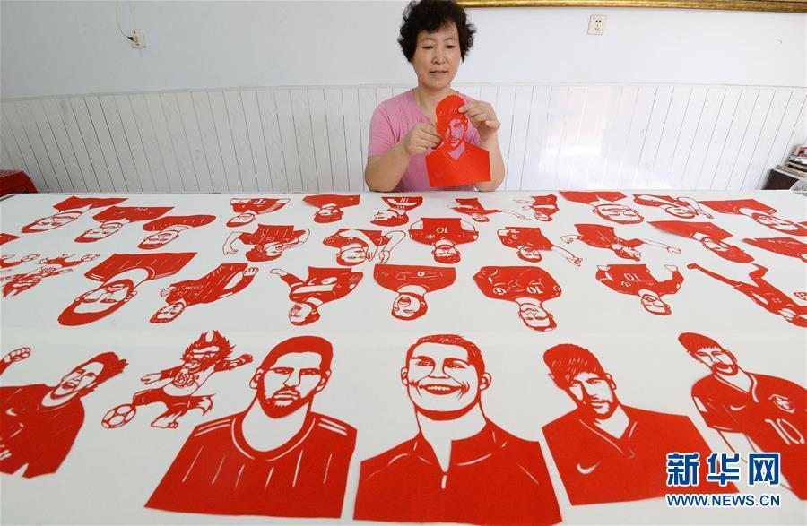 民间剪纸艺人创作世界杯主题剪纸作品