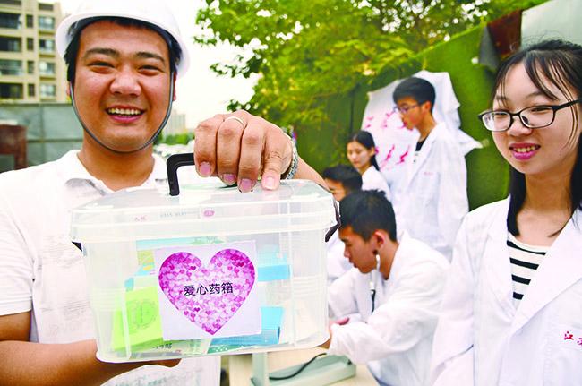 江苏大学医学院志愿者为外来务工人员义诊