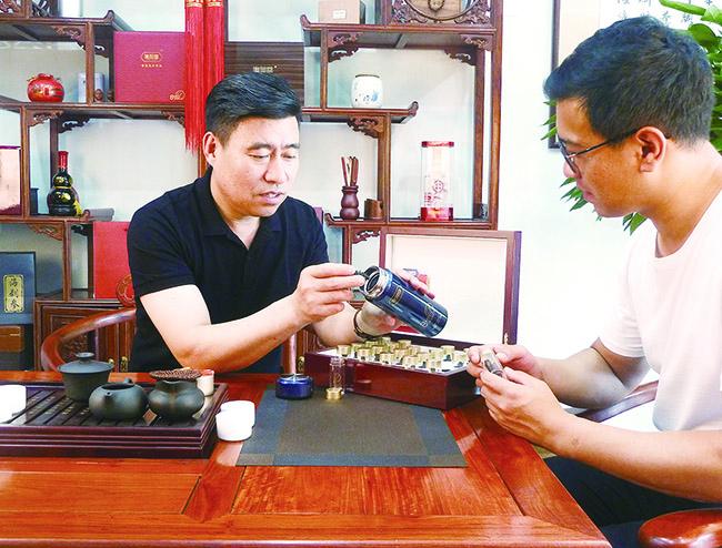 董事长吴维功先生给客户讲速发海参的食用方法2.jpg
