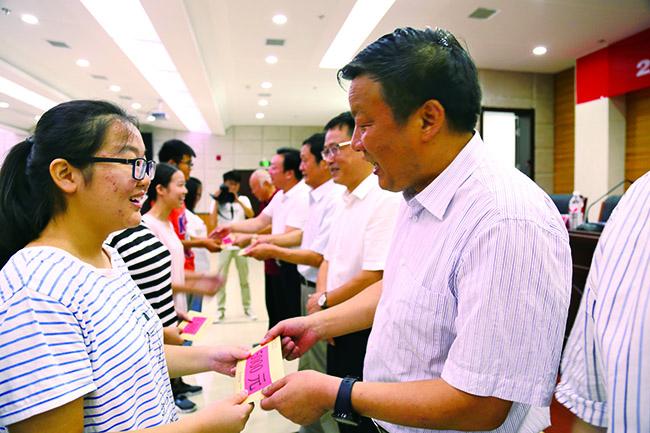 陕西安康市各级慈善组织资助772名贫困大学新生