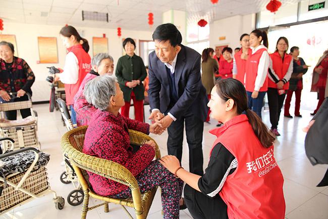 重阳节藁城区慈善总会为老人们送祝福