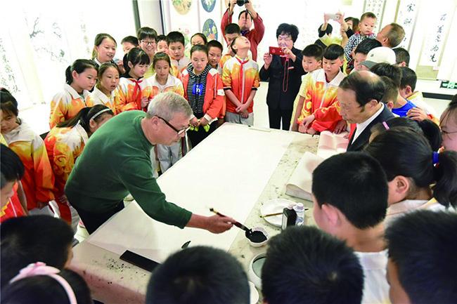 陕西安康石泉县慈善协会举办老年书画展
