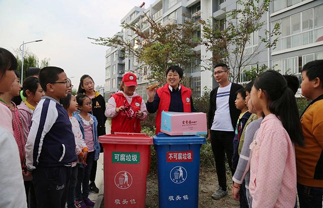江苏海安志愿者为小学生讲解垃圾分类知识