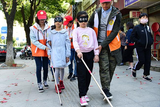 江苏科技大学志愿者开展关爱盲人活动
