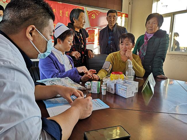 北京右安门医院专家为兴隆村村民义诊