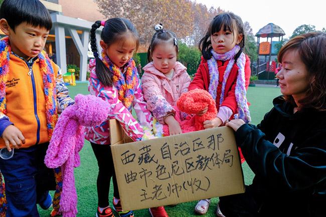 浙江一幼儿园开展围巾传温暖活动
