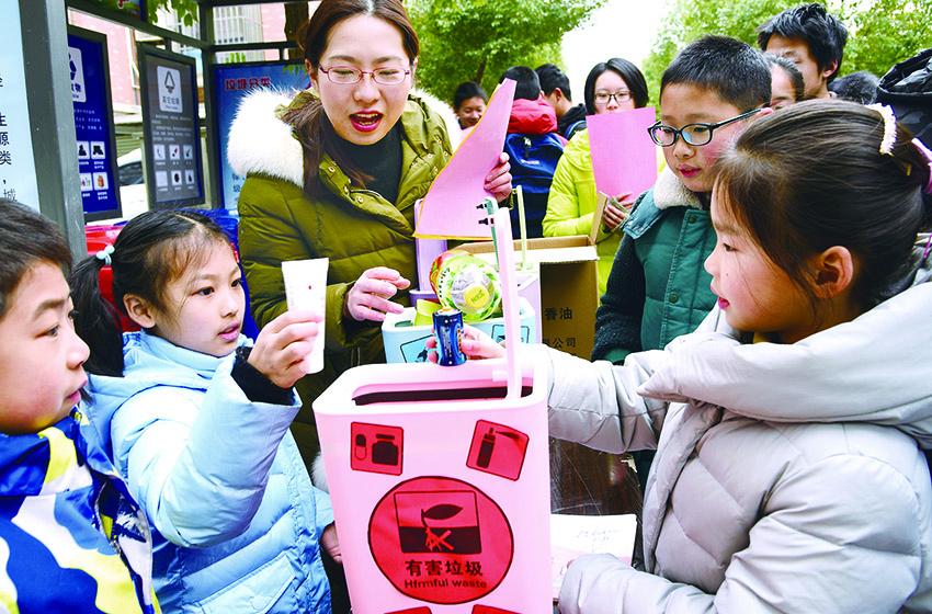 江苏志愿者开展垃圾分类宣传活动