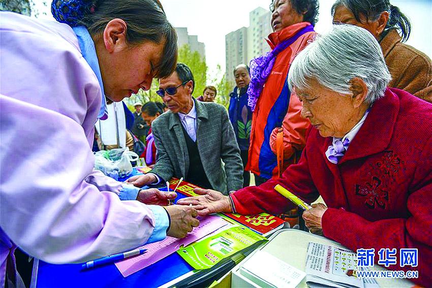廊坊医疗志愿者为老人测量血糖