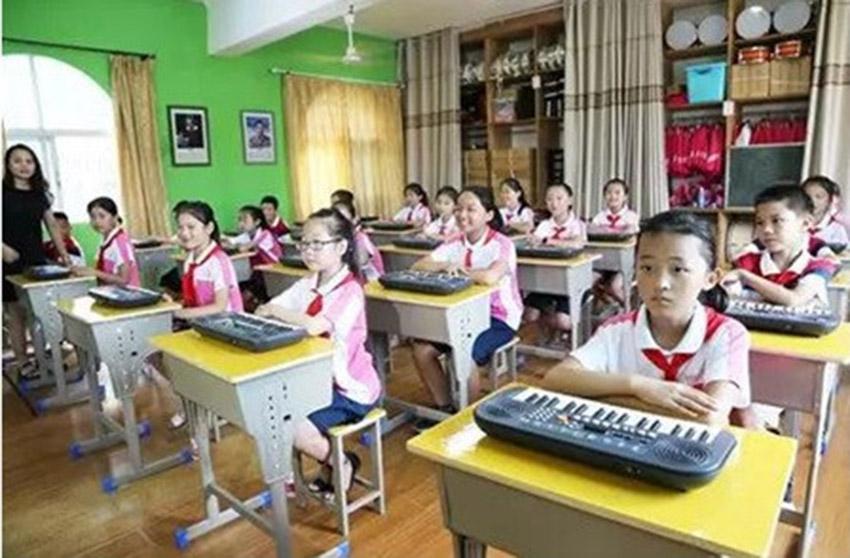 7版      王穎文     圖說:(幫幫公益)同學們在嶄新的幫幫公益音樂教室中學習.jpg