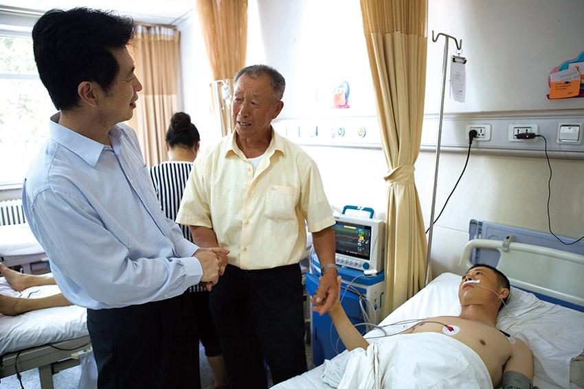 IMG_7157宫恩年院长看望术后患者.jpg