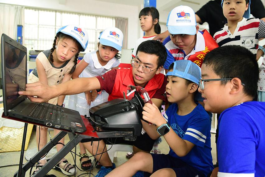 公益行动:江苏大学志愿者指导小朋友感受科技魅力