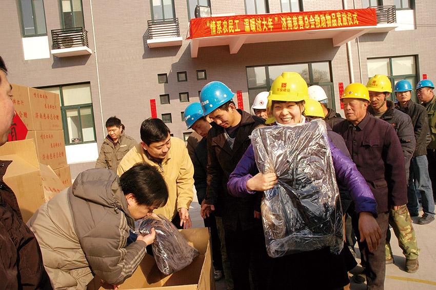 2011.1.13农民工发放.jpg