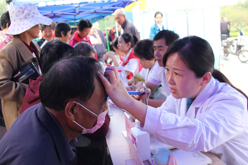 山东医护人员走进农家开展义诊活动