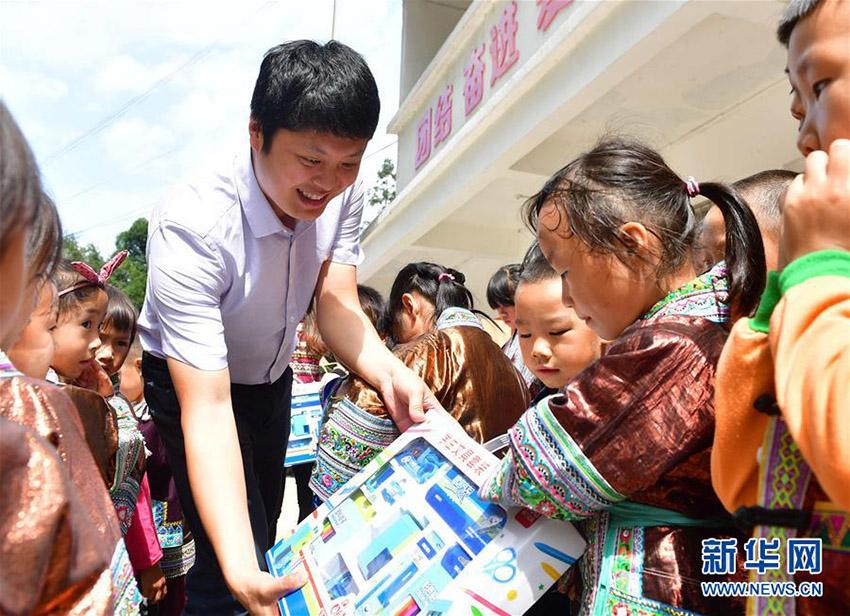 志愿者向乌英教学点捐赠图书文具