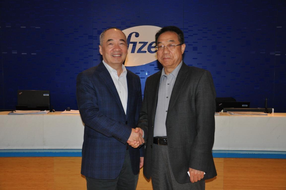 主图:宫蒲光会长(右)与辉瑞中国国家经理苗天祥亲切交流.jpg